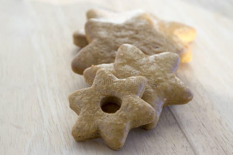 Panes marrones claros simples del jengibre, galletas de la Navidad, formas - copos de nieve, árbol foto de archivo