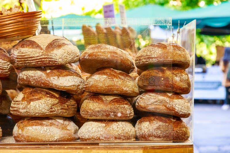 Panes recientemente cocidos en la exhibición foto de archivo