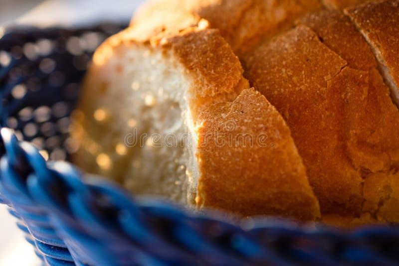 Panes sabrosos del pan hecho en casa tradicional en cesta de madera azul foto de archivo