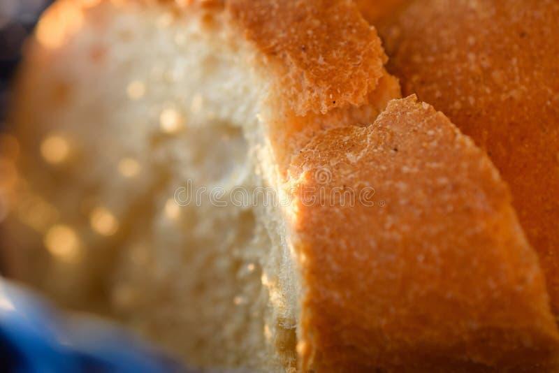 Panes sabrosos del pan hecho en casa tradicional en cesta de madera azul foto de archivo libre de regalías