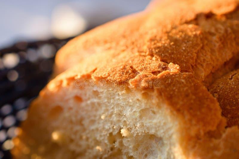 Panes sabrosos del pan hecho en casa tradicional en cesta de madera azul imagen de archivo
