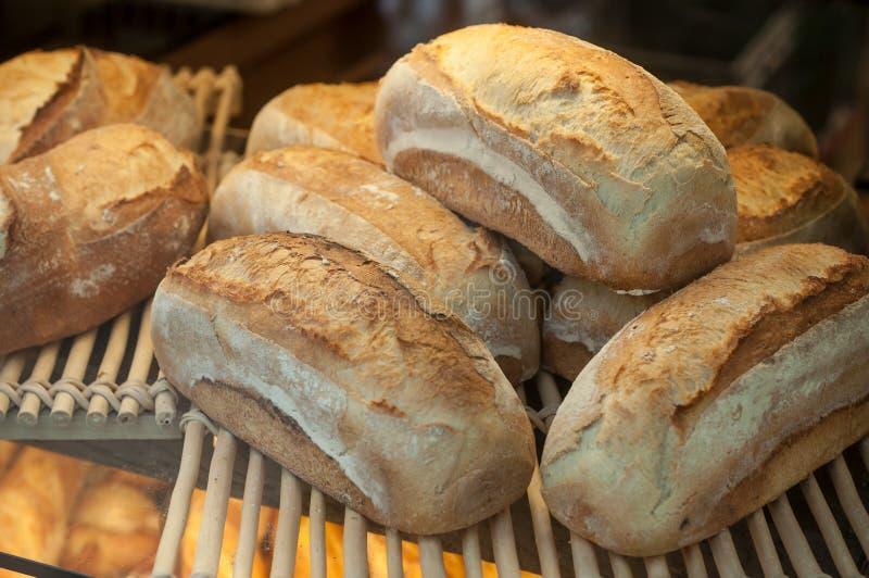 Panes tradicionales franceses en panadería imagen de archivo libre de regalías