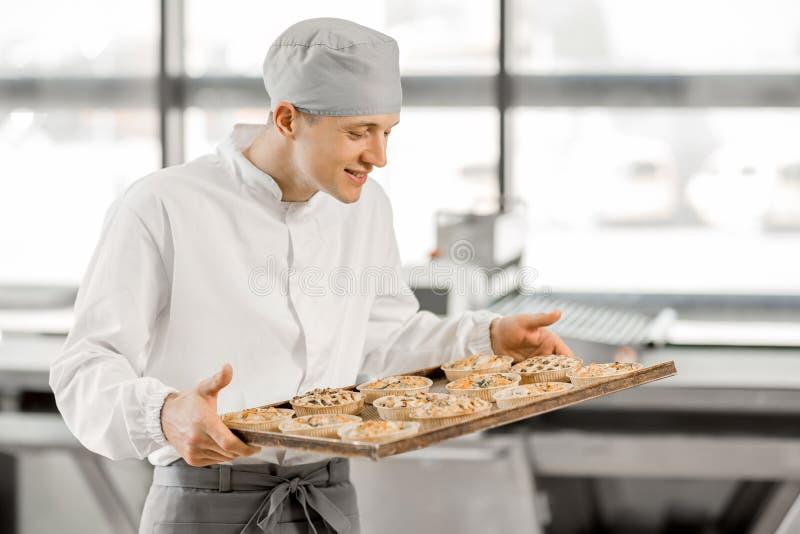 Panettiere con i panini alla fabbricazione fotografia stock libera da diritti