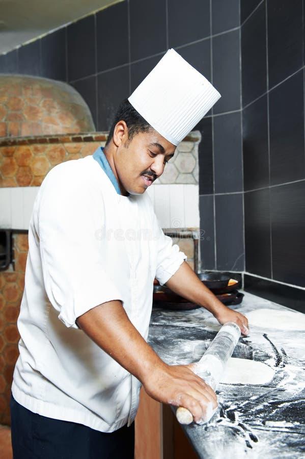 Panettiere della pizza che manipola con la pasta immagini stock libere da diritti