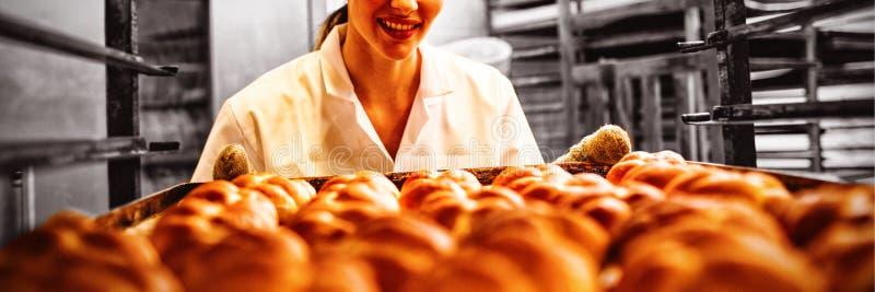 Panettiere femminile che lavora nel forno fotografie stock