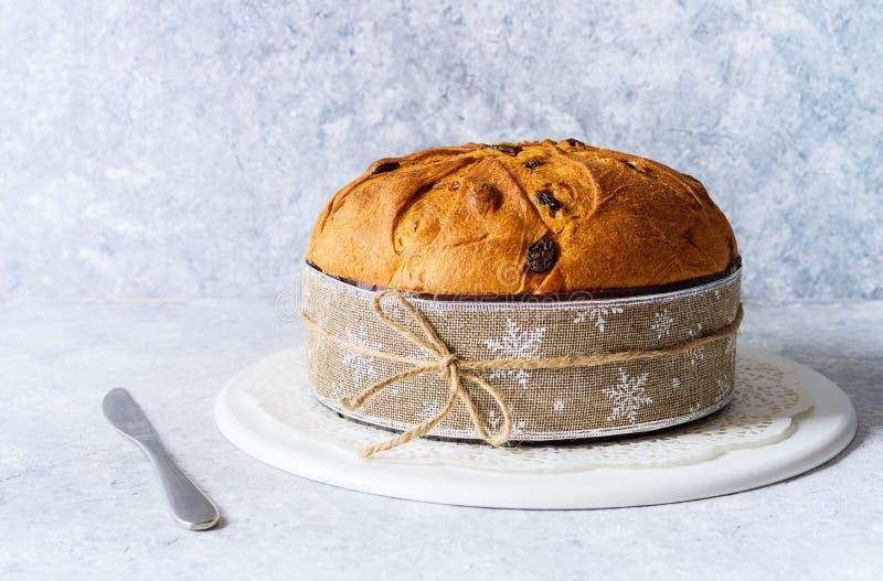 Panettone, τυπικό χριστουγεννιάτικο ιταλικό φαγητό, σε περίτεχνο φόντο στοκ εικόνες