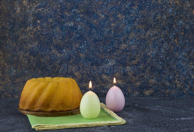 Panettone easter bröd på mörkerstentabellen med gröna linneservetter royaltyfria bilder