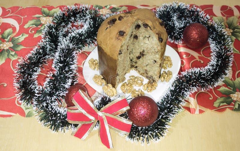 Panettone, gâteau avec les fruits glacés, traditionnels de la saison de Noël, d'origine milanaise, d'Italie du nord images stock