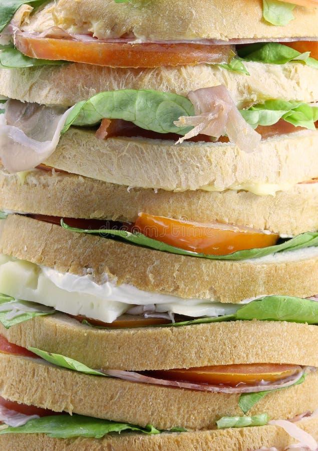 Panettone gastronomico gigante come un panino molto enorme guarnito immagini stock libere da diritti