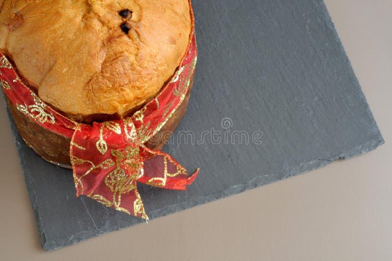 Panettone med det röda bandet, från över, kopieringsutrymme royaltyfri bild