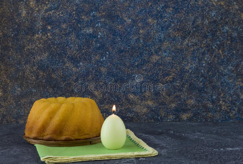 Panettone, Pasen-brood op donkere steenlijst met groene linnenservetten royalty-vrije stock afbeeldingen