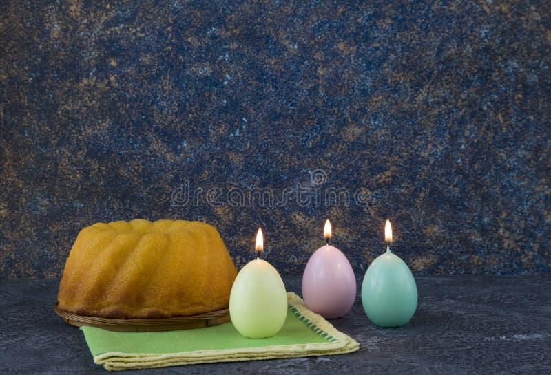 Panettone, Pasen-brood op donkere steenlijst met groene linnenservetten stock afbeeldingen
