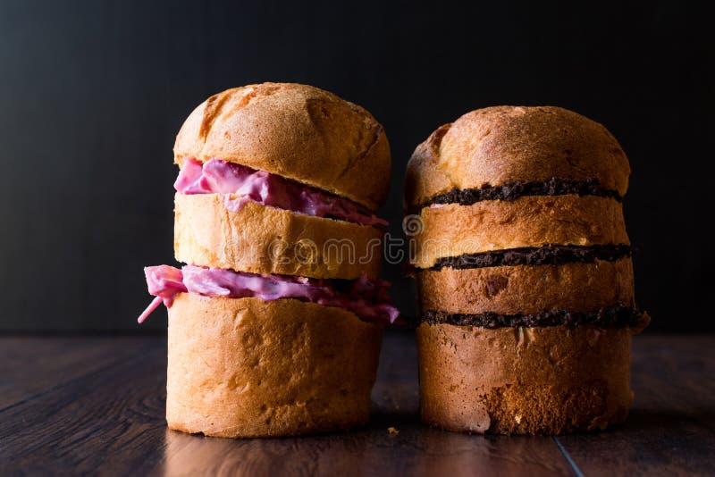 Panettone-Sandwich mit Rotkohl-Salat und Tapenade Olive Paste lizenzfreie stockfotos