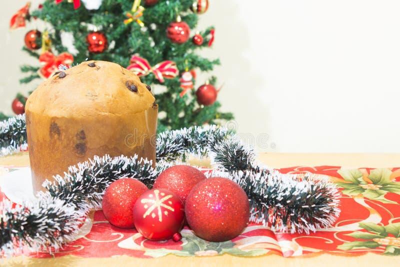 Panettone, torta con las frutas escarchadas, tradicionales a partir de la estación de la Navidad, del origen milanés, de Italia s imagen de archivo libre de regalías