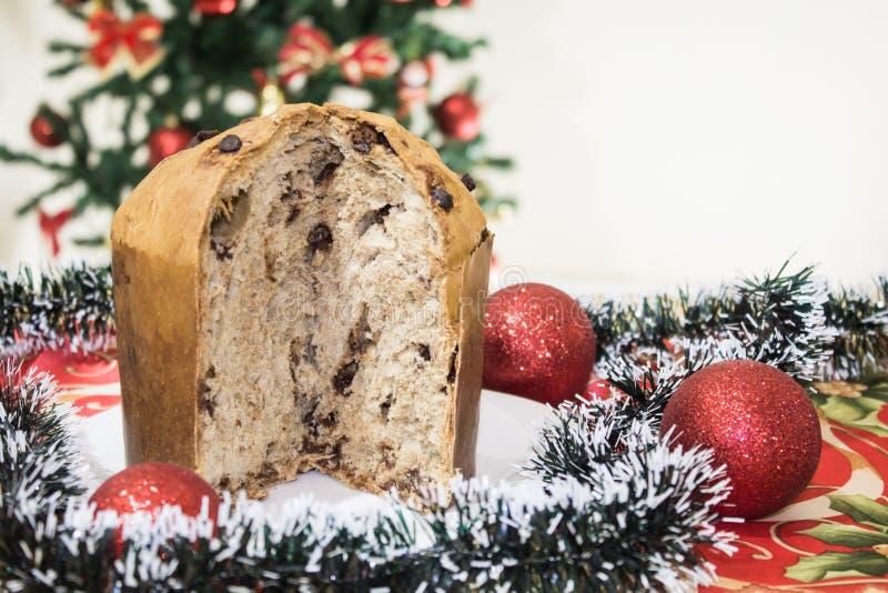Panettone, torta con las frutas escarchadas, tradicionales a partir de la estación de la Navidad, del origen milanés, de Italia s imagen de archivo