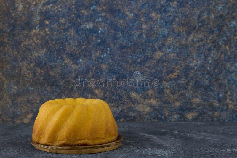 Panettonen easter bröd på mörker stenar tabellen royaltyfri fotografi