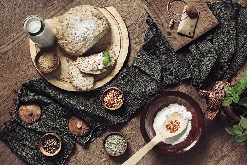 Panez fait maison avec des ingrédients, des épices et le basilic vert sur le fond en bois images stock