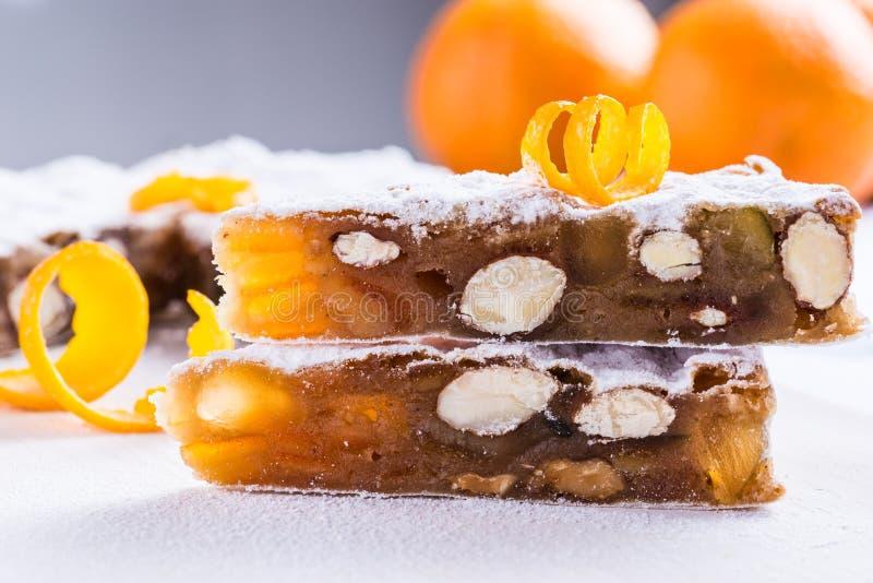Panforte o pan sazonado con pimienta, queque de frutas de la Navidad imagenes de archivo