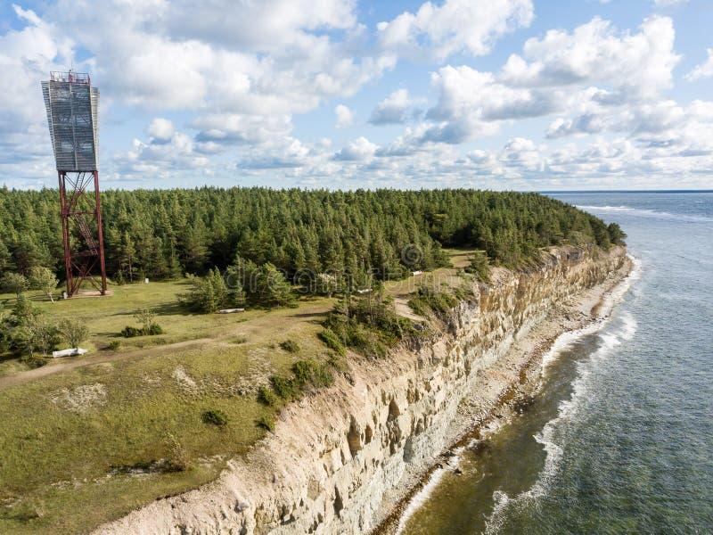 Panga latarni morskiej i falezy Panga nabrzeżny pank, Saaremaa wyspa blisko Kuressaare, Estonia estończyka wapnia escarpment, obrazy stock