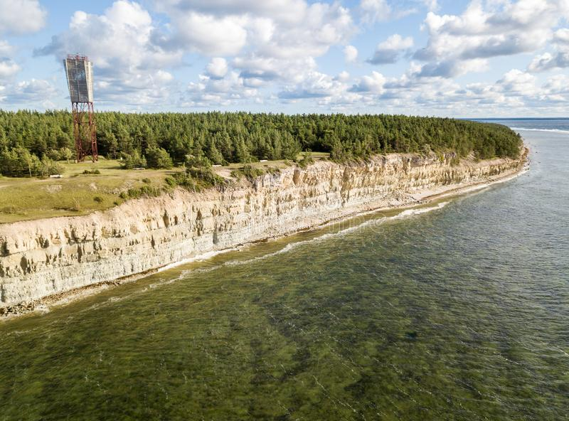 Panga latarni morskiej i falezy Panga nabrzeżny pank, Saaremaa wyspa blisko Kuressaare, Estonia estończyka wapnia escarpment, obraz royalty free