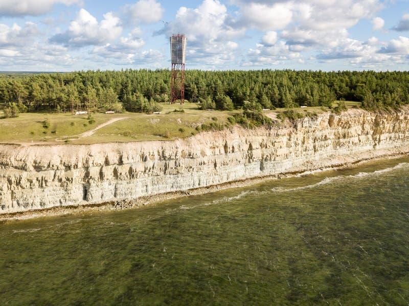 Panga latarni morskiej i falezy Panga nabrzeżny pank, Saaremaa wyspa blisko Kuressaare, Estonia estończyka wapnia escarpment, obrazy royalty free
