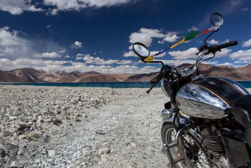 Pangong湖在拉达克乘自行车 图库摄影