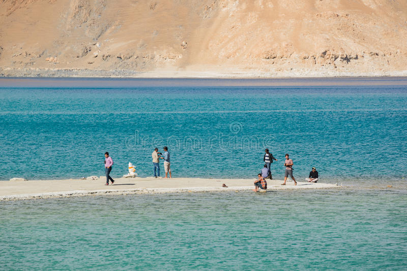 Pangong湖的游人在拉达克,印度 免版税库存图片