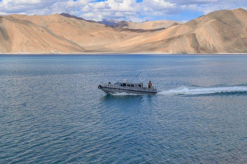 PANGONG湖, LEH, INDIA-JULY第6 2016年:边境安全部队巡逻艇在实际控制或McM线以后勘测回来  库存照片
