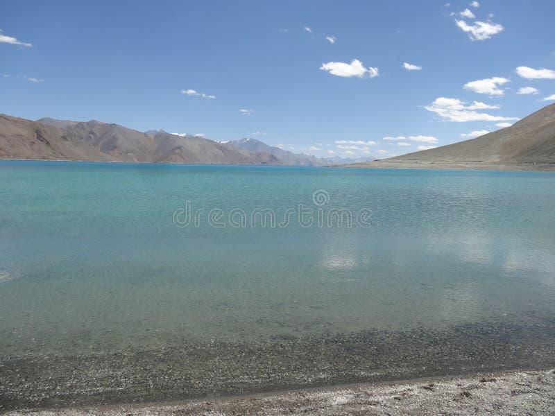 Pangong jezioro, Leh, Laddakh, Błękitne Wody jezioro, ja dotyka chińczyk granicę obraz royalty free