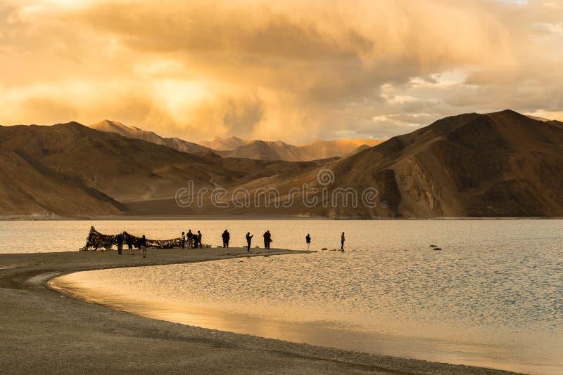 Pangong See mit Gruppe von Personen auf einem Kap, Leh, Ladakh, Jammu und Kashmir, Indien - lizenzfreie stockbilder
