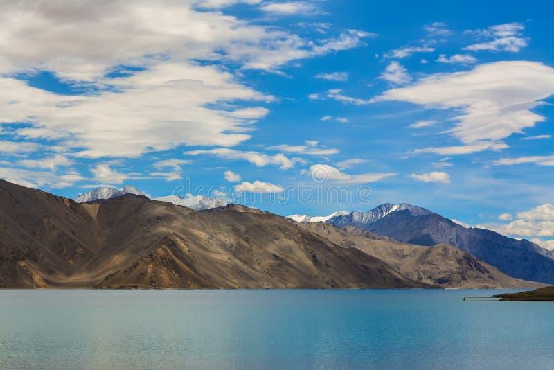 Pangong sjö med korkade berg för snö royaltyfri bild