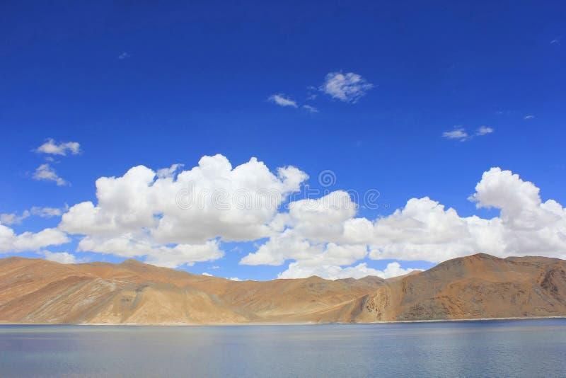 Pangong Tso of Pangong-Meer, Tso Ladakhi voor meer in het Himalayagebergte, India royalty-vrije stock afbeeldingen