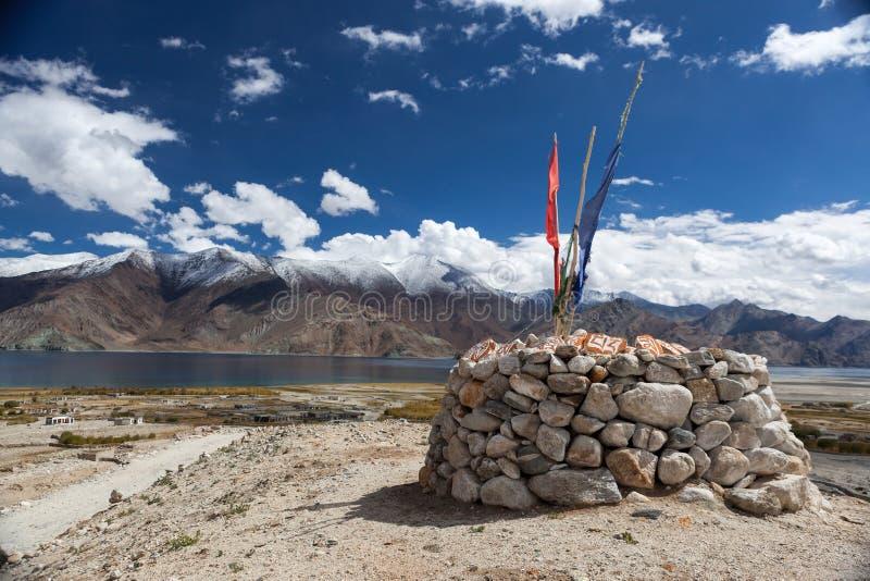Pangong wysokogórski jezioro z tibetan buddyjskim chorten zdjęcia stock