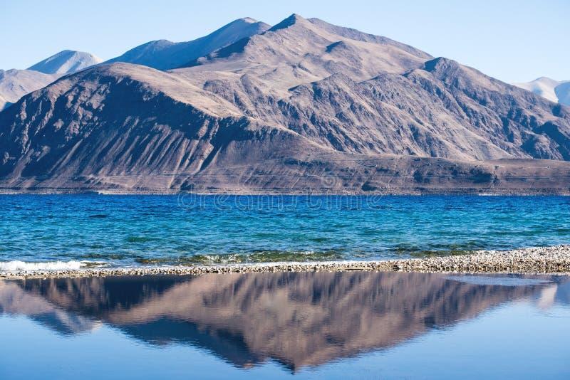 Pangongmeer met bergenmening en blauwe hemelachtergrond royalty-vrije stock fotografie