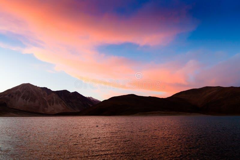 Pangongmeer (Pangong Tso) in zonsondergangtijd, Ladakh, India royalty-vrije stock fotografie