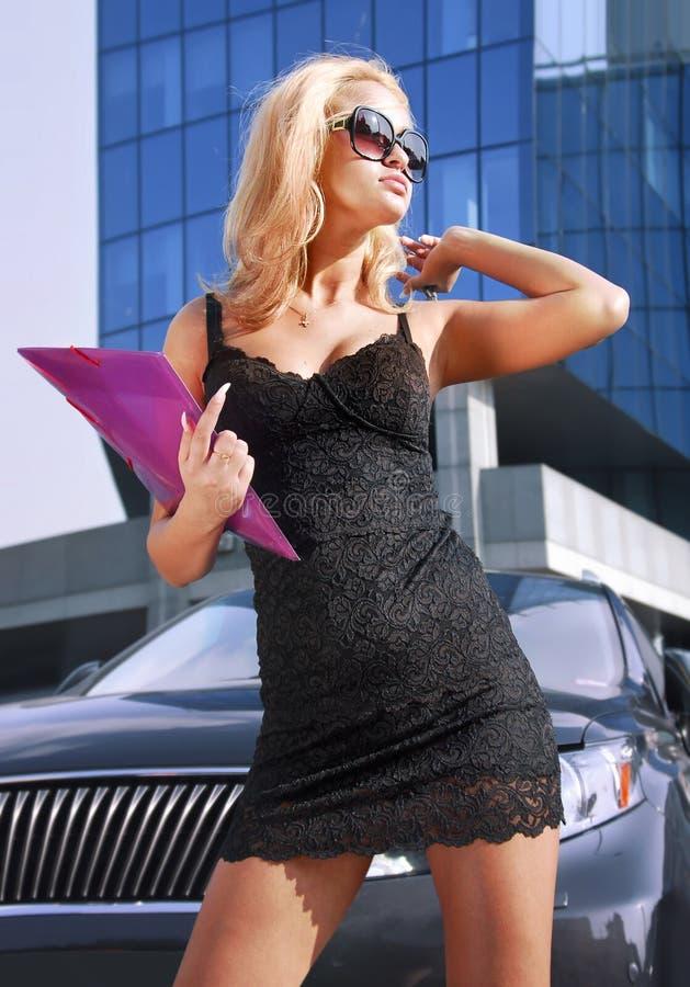 Pani biznesowa z folderem na ulicy zdjęcia royalty free