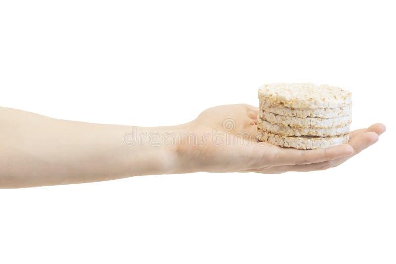 Pani croccanti rotondi del riso in mano del maschio isolata su fondo bianco fotografie stock libere da diritti
