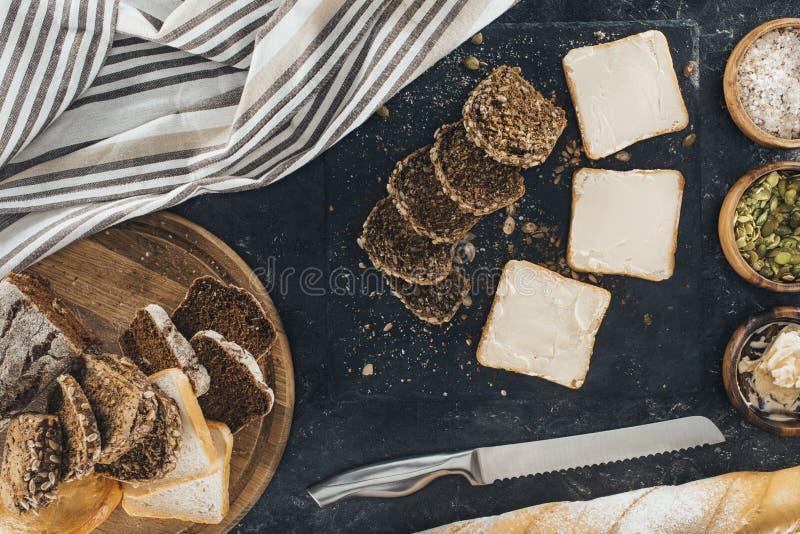 Pani tostati con burro ed il pane del multigrain fotografia stock