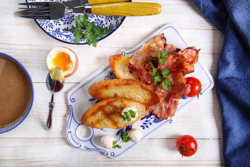 Pani tostati con il prosciutto, il prezzemolo ed i pomodori immagine stock