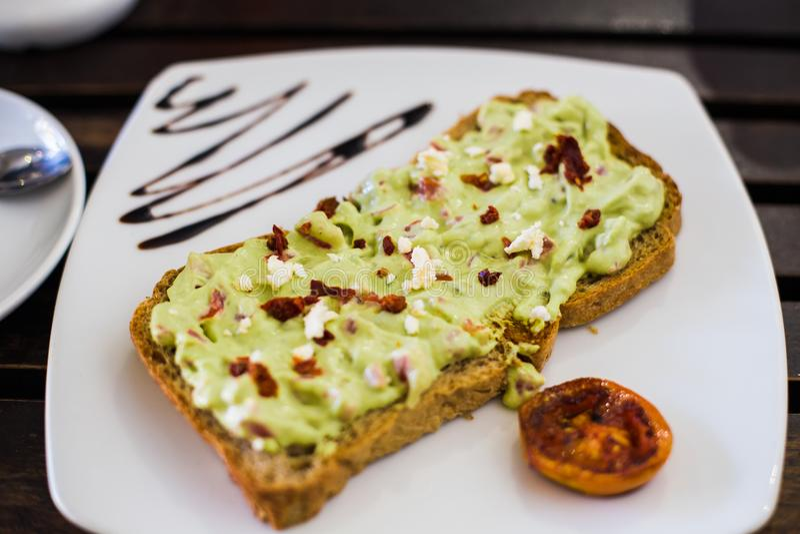 Pani tostati con la diffusione dell'avocado fotografia stock libera da diritti