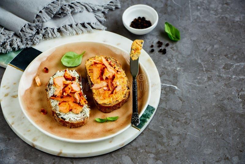 Pani tostati del salmone affumicato immagine stock libera da diritti