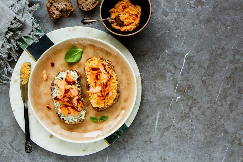 Pani tostati del salmone affumicato fotografie stock