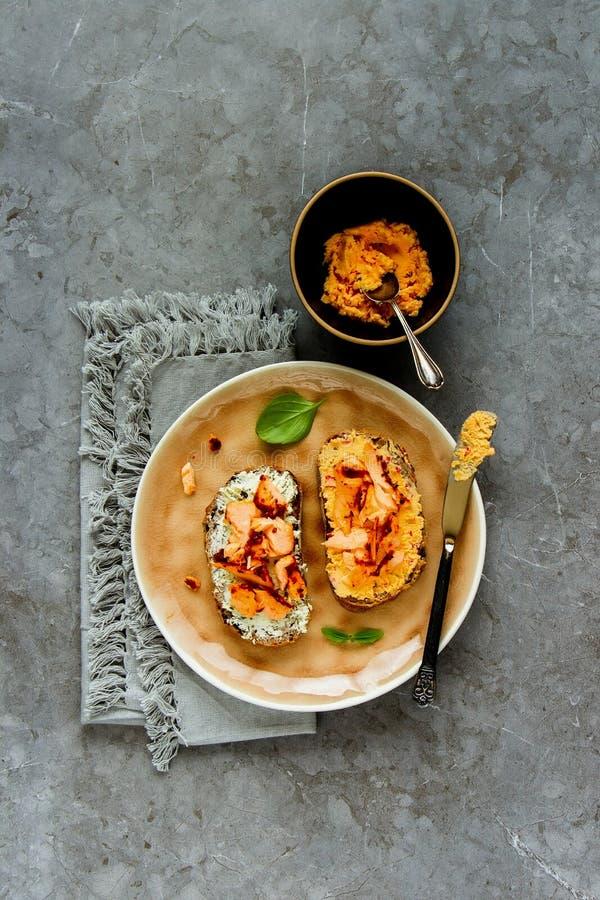 Pani tostati del salmone affumicato immagini stock libere da diritti