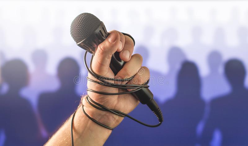 Panico da palcoscenico parlare pubblico o in cattivo canto di karaoke in tensione fotografia stock