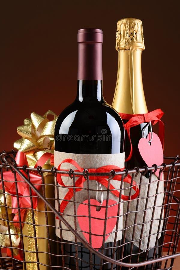 Panier à provisions de fil avec des présents de valentines image libre de droits