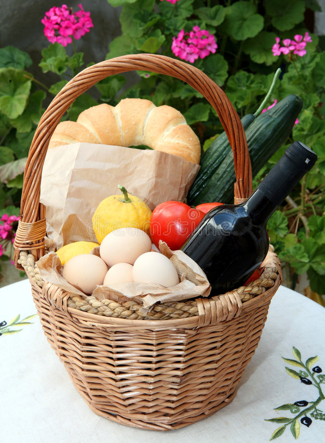 Panier à provisions et nourriture crétois photos stock