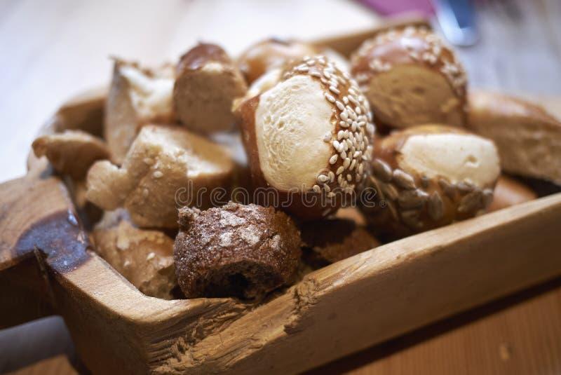 Panier assorti de pain images libres de droits