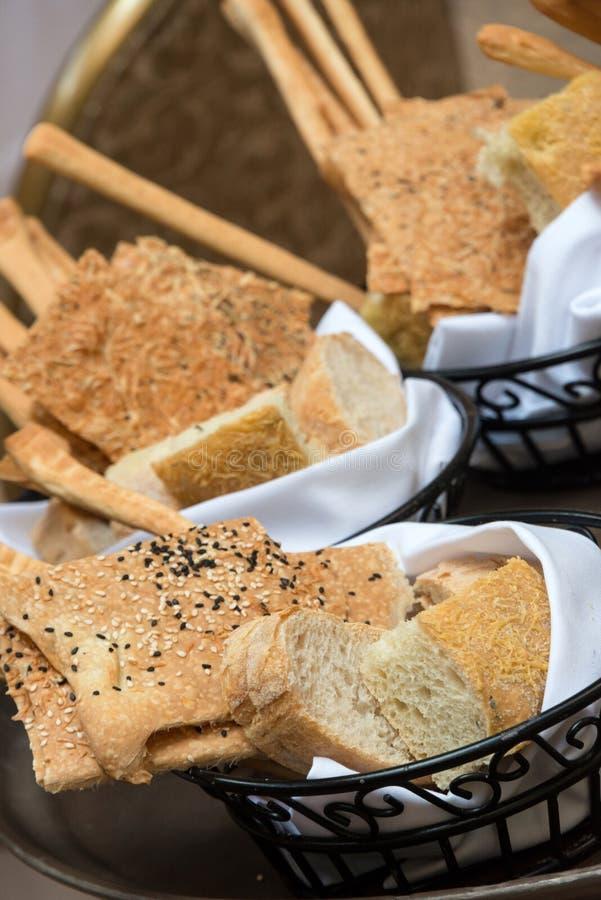 Panier assorti de pains photo libre de droits