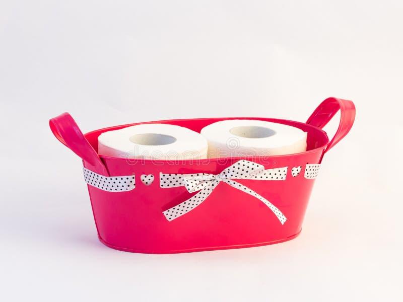 Panier attaché avec le ruban avec deux rouleaux de papier hygiénique photos libres de droits