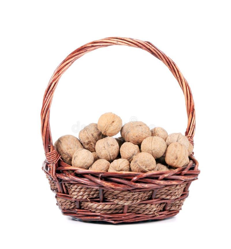 Panier avec des noix. photographie stock